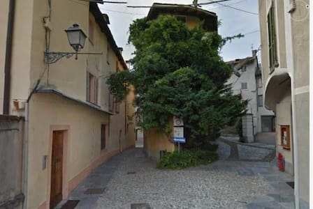 Il Glicine, pittoresca casa nel centro di Varallo - Hus