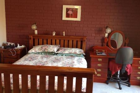Master ensuite bedroom w tv Sth Cbr - Oda + Kahvaltı