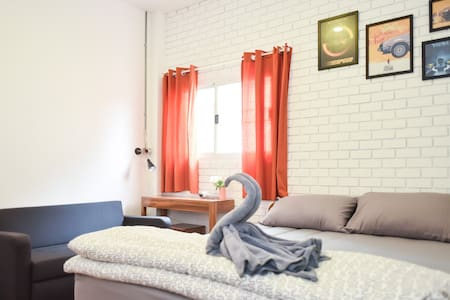 The Garage: Double Room1 Free WiFi+Breakfast - House
