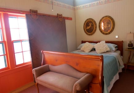 Carriage House Bed & Breakfast - Village Loft - Winona - Bed & Breakfast