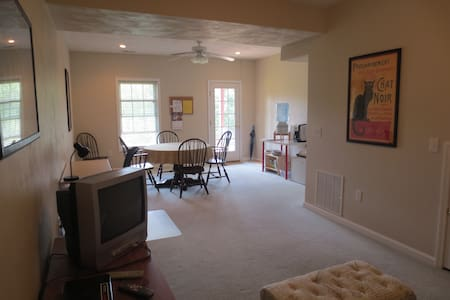 Bright basement apt & private patio - Blacksburg - Ház