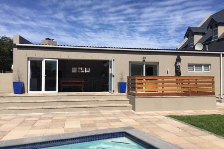 Modern house, minutes away from the beach - Kaapstad - Huis