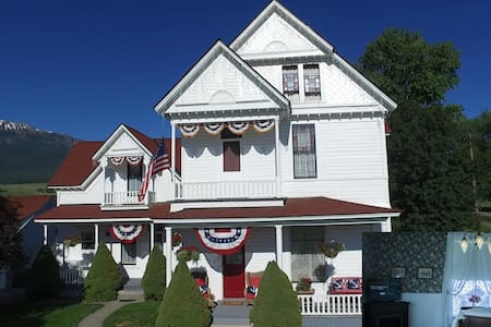 1898 Victorian Est. - Parlor Suite - Enterprise - House
