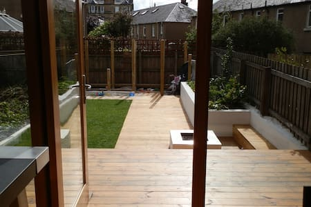 Double Room with Toddler's bed - BREAKFAST INCL. - Edinburgh - House