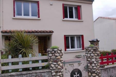 Chambre double dans maison individuelle - Alès - Haus