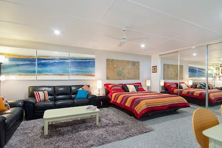 SELF CONTAINED UNIT CENTRAL TO KIRRA & COOLANGATTA - Apartment
