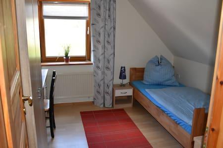 gemütliches Zimmer umgeben von Wald und Wiesen - Casa