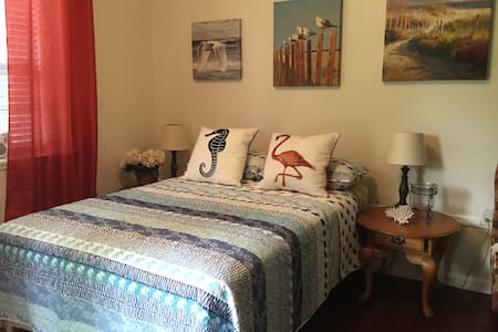 Cozy Guest House w/ Private Entrance - Tallahassee - Casa