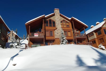 Spacious Chalet with Ski Access - Chalet
