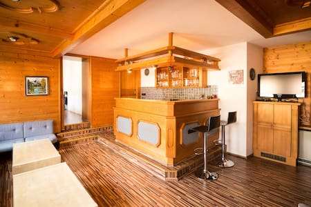 Large appartment with private lounge/bar. 10-17p - Teljes emelet