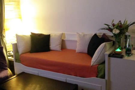 Cosy flat 30 SEC away from train station! - Apartment