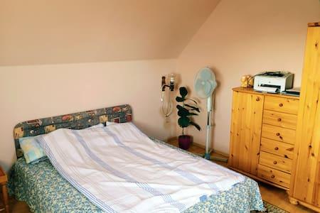 Csaladi házban emeleti tágas, fényes szoba kiadó - Casa