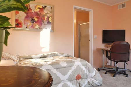 Charming studio with private entrance and patio. - Goleta - House
