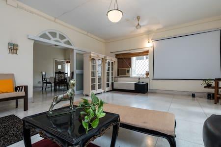 Central location;spacious airy room - Kolkata - Apartment