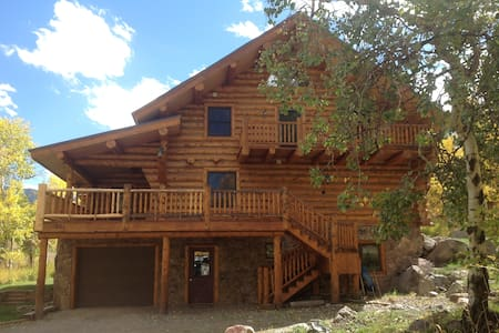 Handcrafted log home at 8700' - Ház