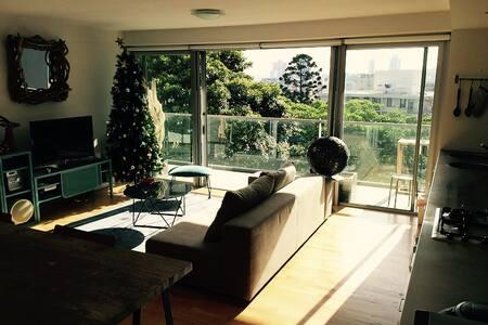 Light Airy 2-bedroom Elizabeth Bay