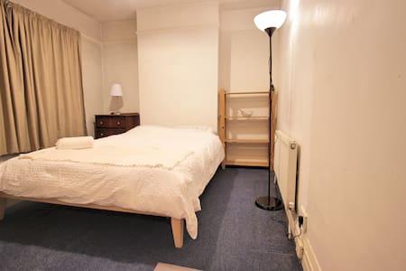 Double room 15 min from city centre - Raheny - Bed & Breakfast