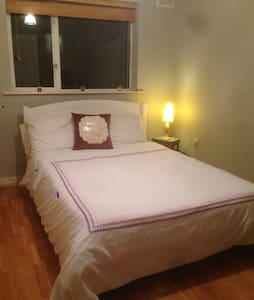 Double bedroom & bathroom - Lucan - Bed & Breakfast