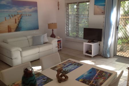 """""""Castaways Too"""" is a one bedroom self contained boutique apartment just a short stroll to the centre of the village and just a one minute walk from beautiful Four Mile Beach. This is the perfect Port Douglas Hideaway. Great Value & you'll just luvit!"""