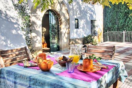 Masía con encanto para grupos de amigos y familias - Bescanó - House