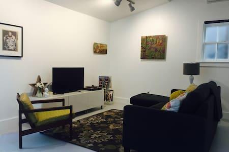 Hyde Park Gallery Getaway - Austin - Bungalow