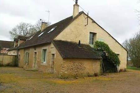 maison mitoyenne dans un village  du Saosnois. - House