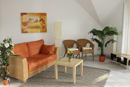 Ambiente Mediterran mit großem Südbalkon - Büdingen - Apartamento