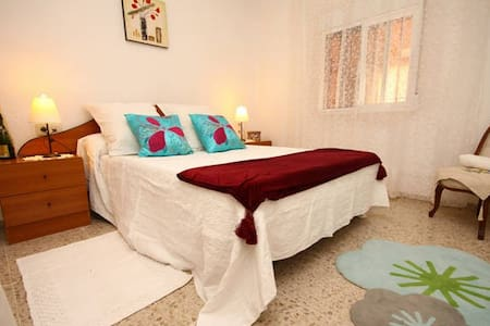 Room in beautiful family home with Pool - El Rebolledo - Bed & Breakfast