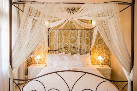 Cozy Private Room with Garden Balcony at MH Villa - Villa