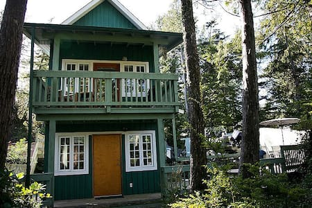 Waterfront Cabin w Hot Tub & Deck - Ucluelet - Ház
