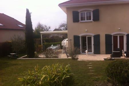 Villa au calme avec jardin arboré - Loisin - House