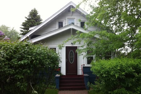 Comfy room in quiet older home - Cloquet - Hus