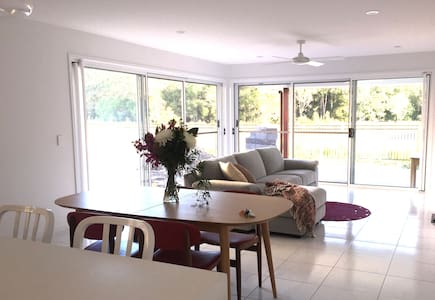 New home, Sunshine Coast, central, quiet & cosy! - House