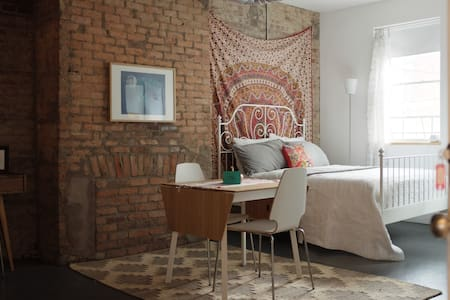 Apt C: Cute & Cozy Studio in OTR - Cincinnati - Leilighet