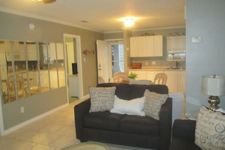 2B/2bath condo, dock access, beach across street - Appartement en résidence