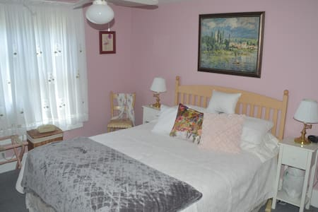 Private room in Marietta, Ohio -- Pink Room - House