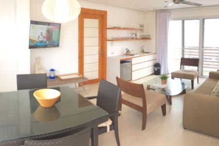 Modern 1BR Apt just steps from the beach! - Malay - Appartement