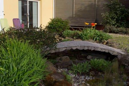 Belle maison avec jardin paysager - Hus