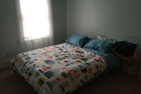 Seafoam Room & shared bath in upper flat - Appartement