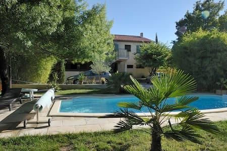 Chambre+salon tout confort dans villa avec piscine - Wohnung