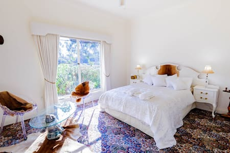Crystal Sunset Room @Dog Rocks - Batesford - Bed & Breakfast