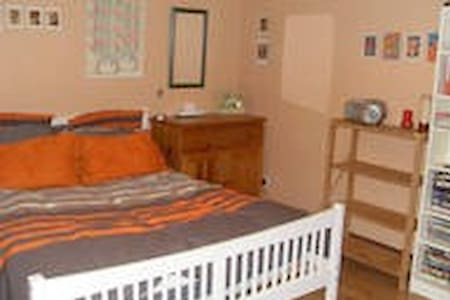 Double room in converted Applestore - East Malling - Maison