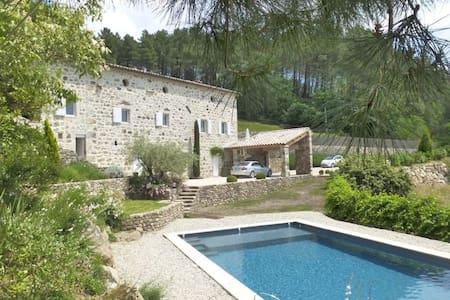 Belle maison ancienne avec magnifique vue - Saint-Julien-du-Serre - Hus