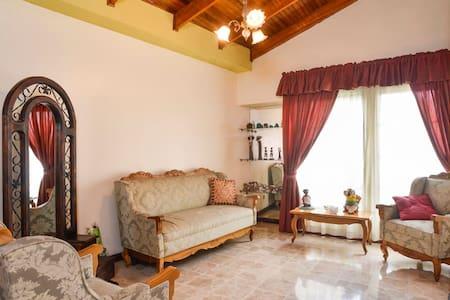 Nice & safe home near Airport - small room - Alajuela - Hus