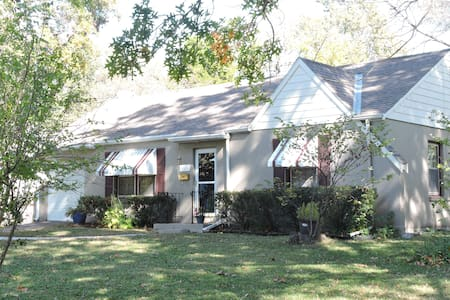Charming home near Plaza, Westport, Downtown - Roeland Park - Huis