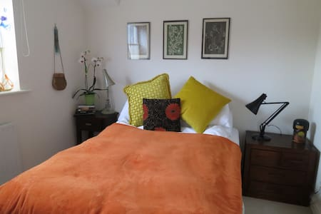 Double room + breakfast in bright Lancaster home - Lancaster - House