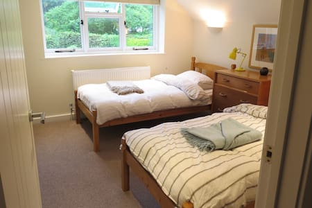 Pleasant twin room in West Dean village. - Casa