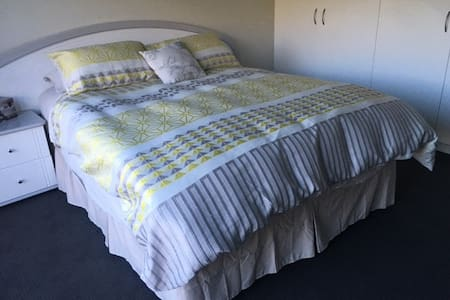 Modern Home/Entire floor - 5 kms from HOBART CBD - Lenah Valley