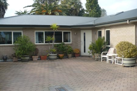 Near new warm and comfy with all amenities. - Tauranga - House
