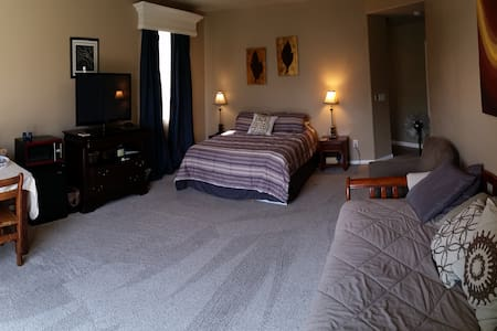 New Private Master Suite 24/7 access - Bed & Breakfast